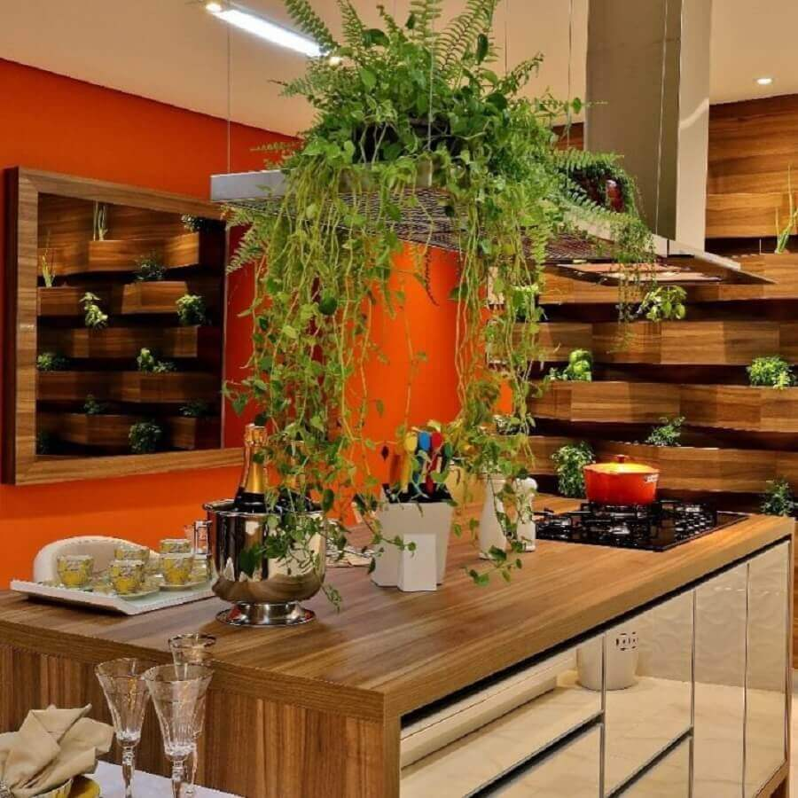 cozinha decorada com bancada gourmet de madeira com cooktop Foto Luciane Mendes