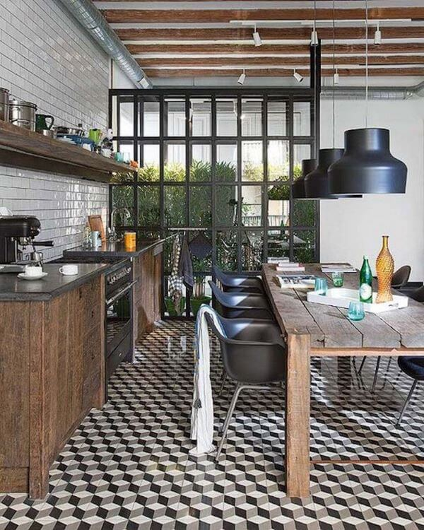 Cozinha estilo industrial com mesa de madeira rústica
