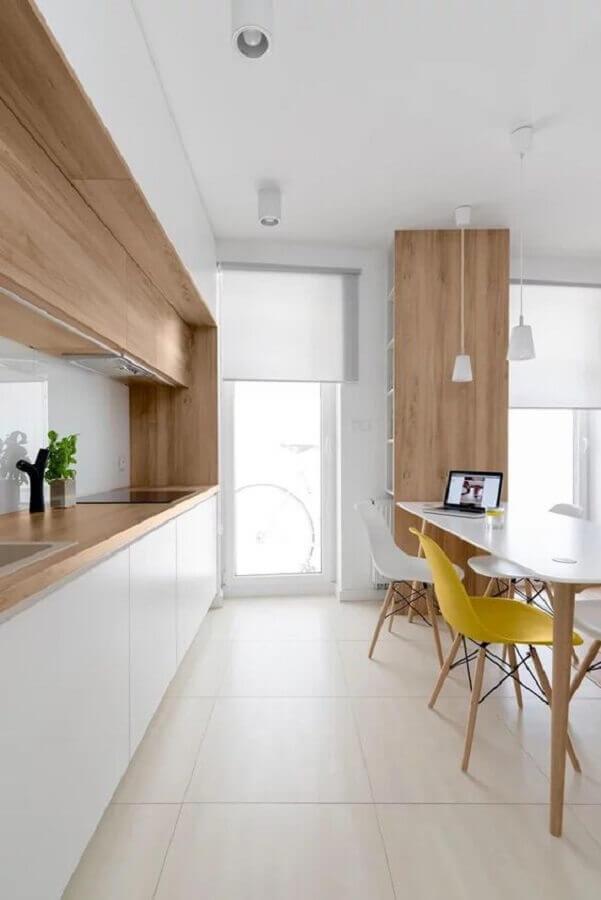 cozinha minimalista branca decorada com detalhes em madeira Foto Dicas de Casa