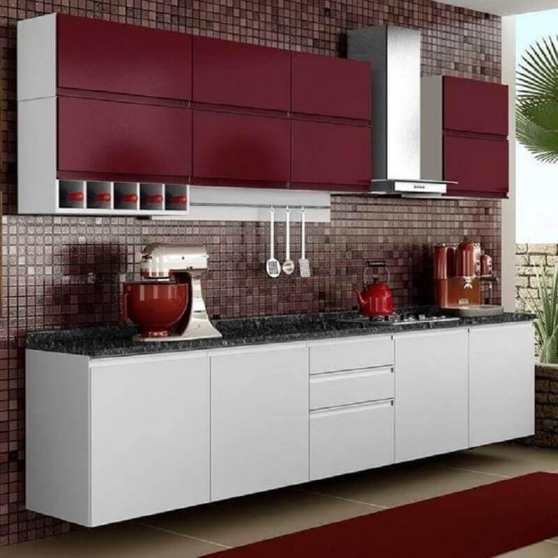 cozinha modulada branca com armário aéreo vinho Foto Tua Casa