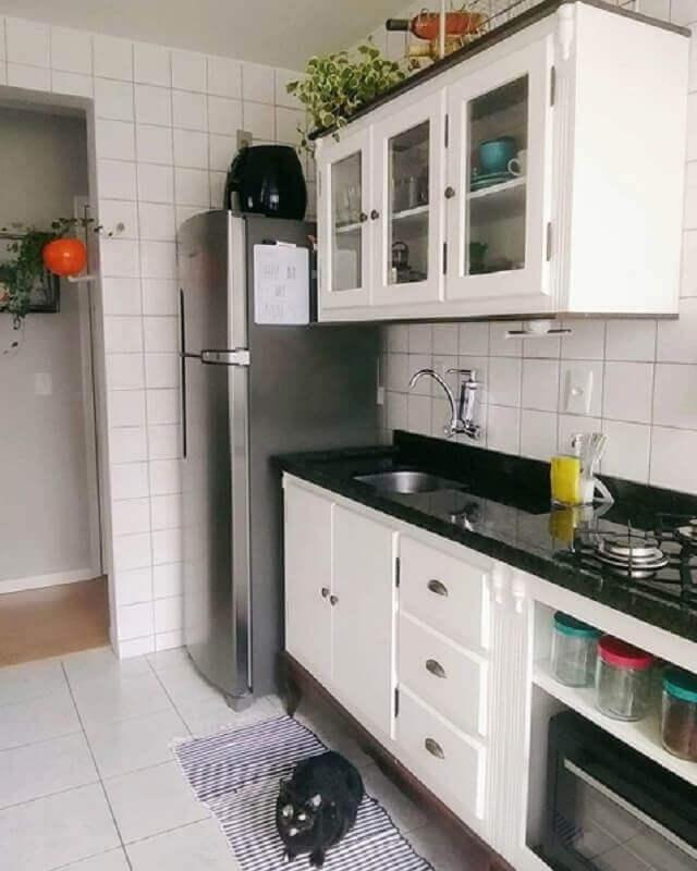 cozinha modulada com pia e armários brancos Foto Webcomunica