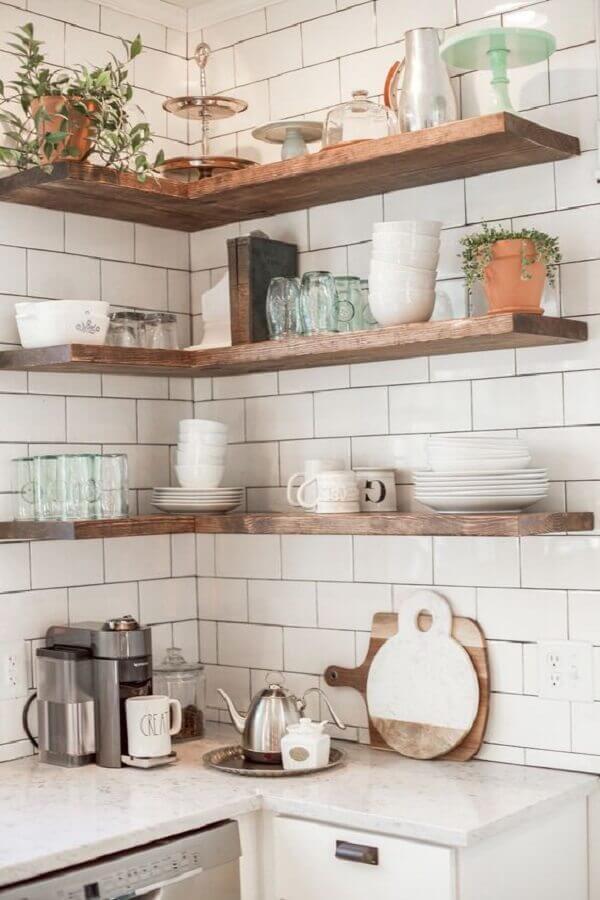 cozinha simples decorada com prateleira de canto de madeira Foto FuturianDesign