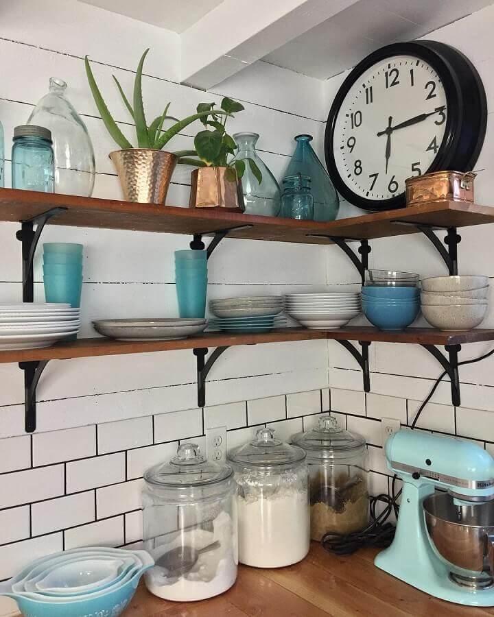 cozinha simples decorada com prateleira de canto de madeira Foto Pinterest