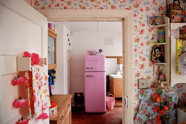 cozinha vintage rosa geladeira colorida