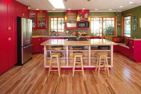 cozinha vintage vermelha e de madeira