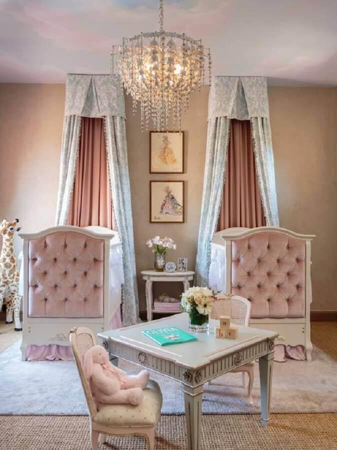 decoração clássica para quarto de bebê menina com dois berços Foto Pinterest