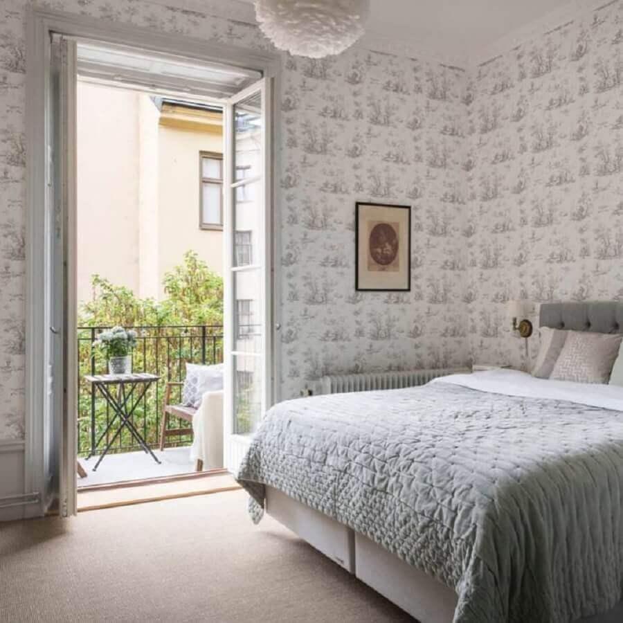 decoração clássica para quarto de casal com porta francesa branca Foto Alexander White