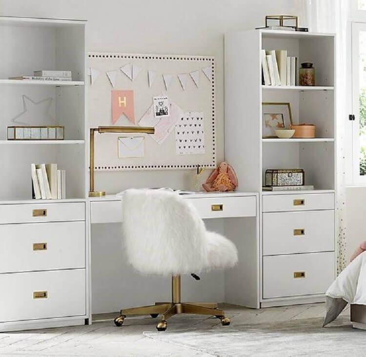 decoração clean com escrivaninha com estante e gavetas Foto RH Baby & Child