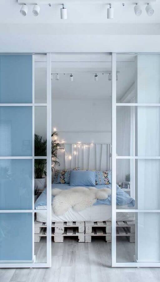 decoração clean com porta francesa de correr para quarto Foto Total Construção
