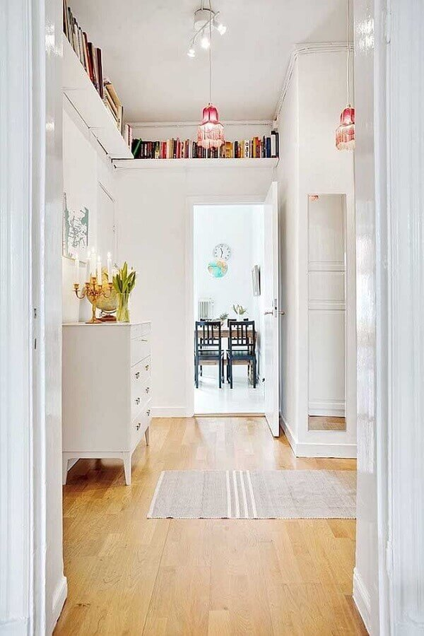 decoração clean com prateleira de canto para livros Foto Home Decor