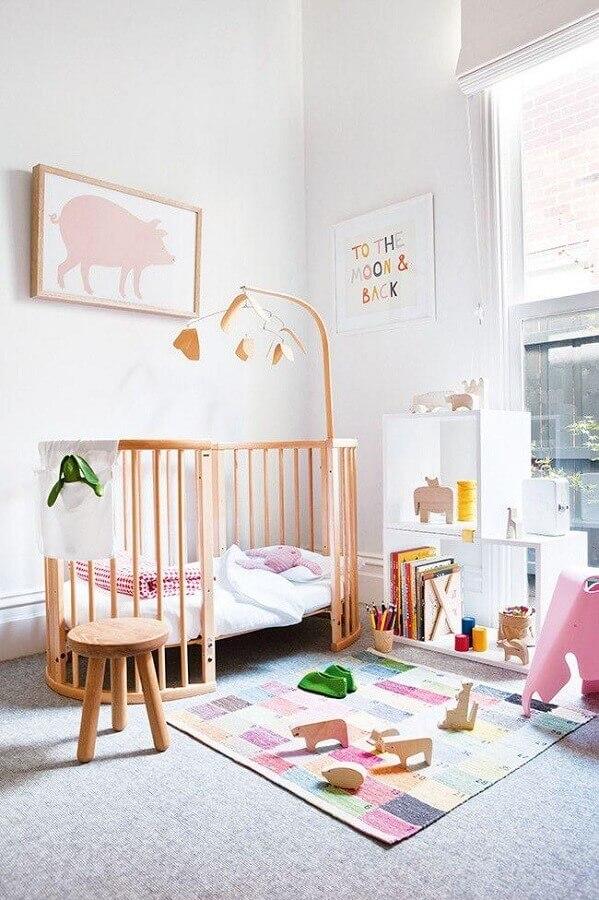decoração clean para quarto de menina bebê com berço de madeira Foto HappyShappy