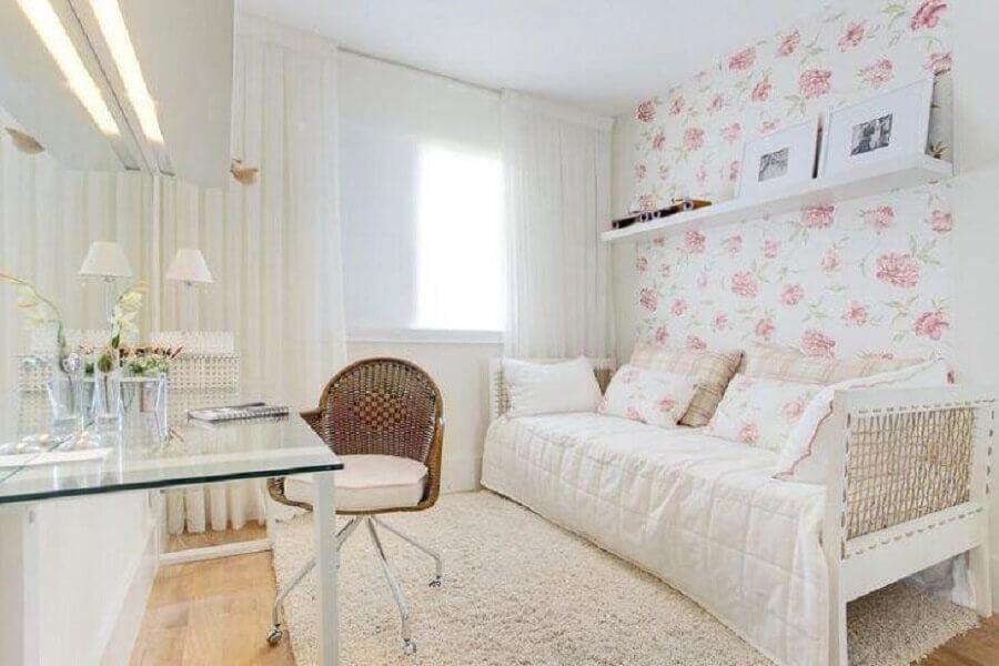 decoração clean para quarto de menina branco com bancada de vidro e papel de parede floral Foto Sesso & Dalanezi Arquitetura + Design