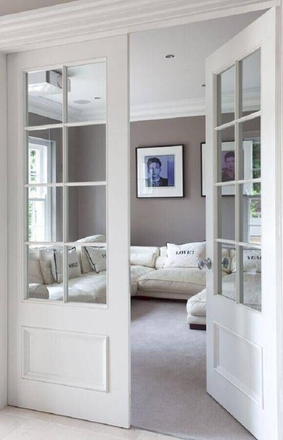 decoração clean para sala com porta francesa branca Foto Revista VD