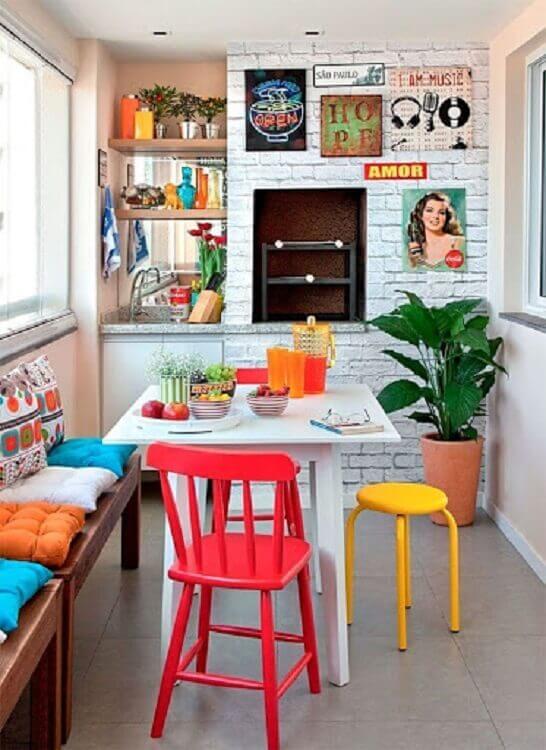 decoração colorida para área gourmet pequena e simples de apartamento Foto Fashionismo