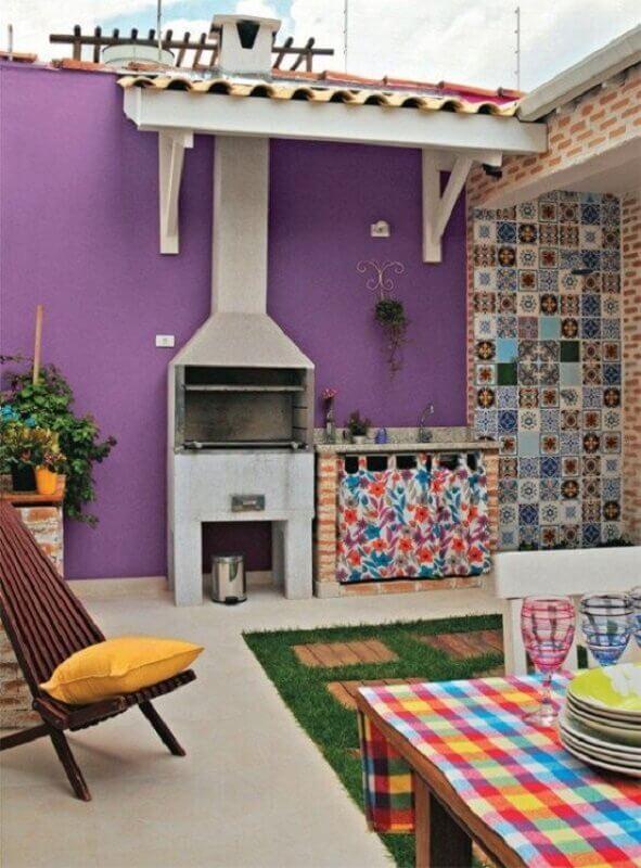 decoração colorida para área gourmet simples com churrasqueira Foto Larissa Carbone Arquitetura