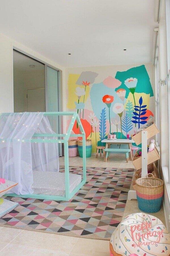 decoração colorida para quarto de criança menina com cama de casinha Foto Deavita