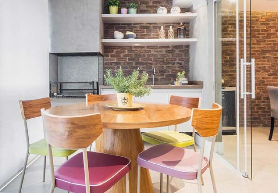 decoração com cimento queimado e mesa redonda para apartamento com área gourmet simples Foto Pinterest