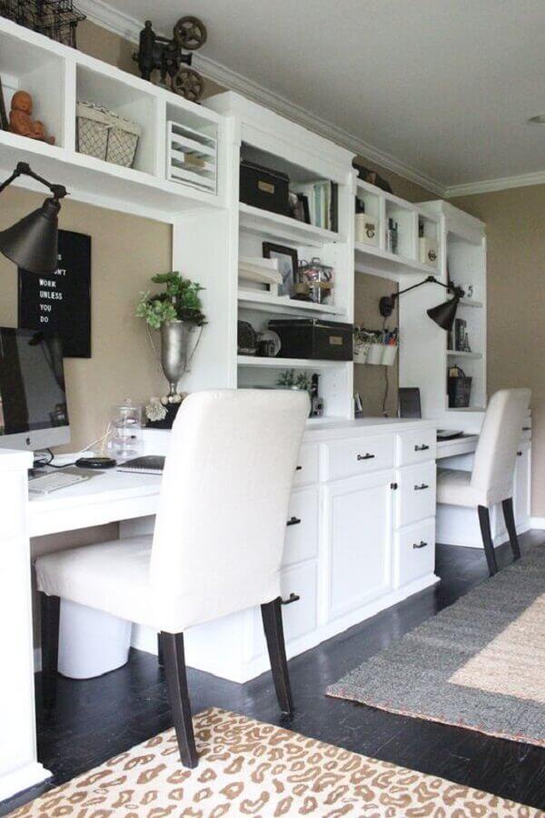decoração com escrivaninha branca com estante e gavetas planejadas Foto Royal Design Studio Stencils