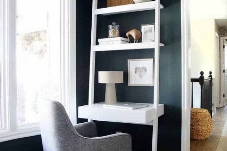 decoração com escrivaninha branca com estante pequena  Foto Futurist Architecture