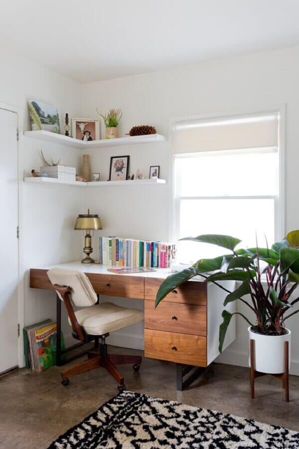 decoração com escrivaninha com gaveta para escritório em casa  Foto Living Spaces