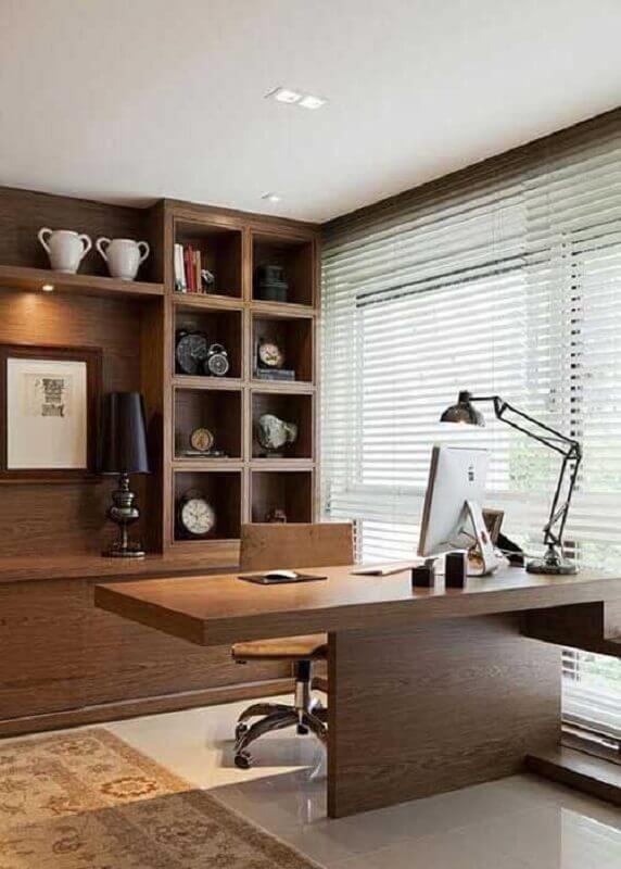 decoração com estante planejada e mesa de madeira para escritório Foto Sua Decoração