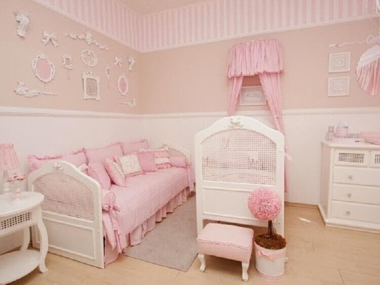 decoração com estilo clássico para quarto de bebê rosa e bege Foto Pinterest