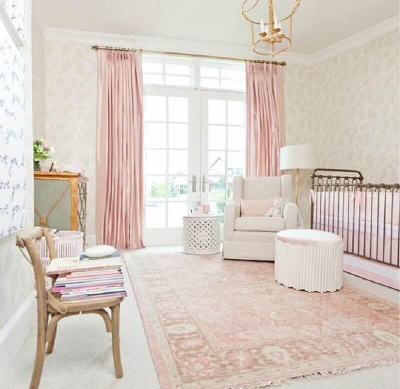 decoração com estilo clássico para quarto de bebê rosa e branco Foto Pinterest