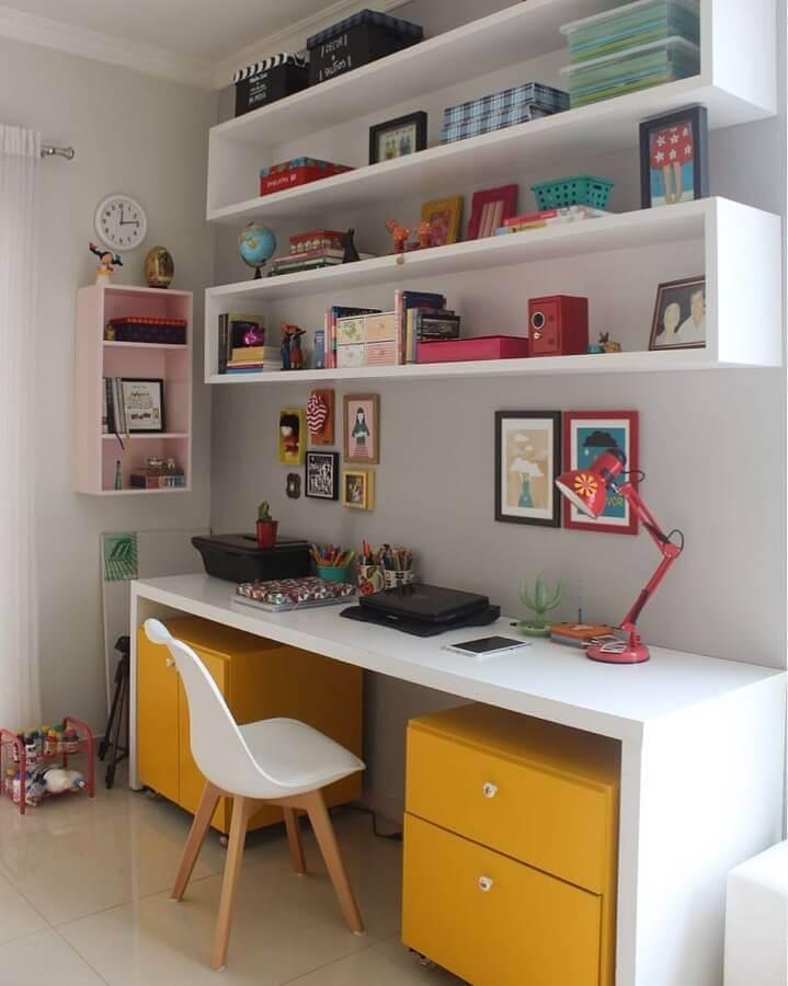 decoração com mesa de escritório branca com gaveteiro amarelo Foto Mari Gusmão