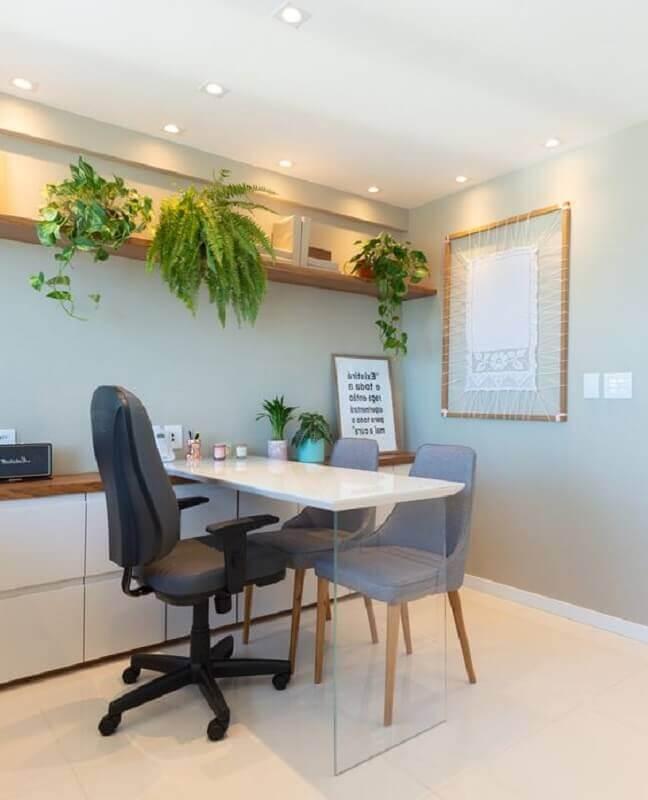 decoração com mesa de escritório branca com perna de vidro Foto Raiane Calistrato Arquitetura