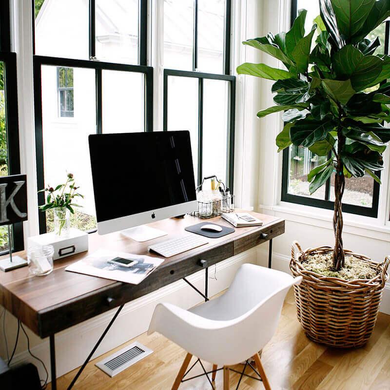 decoração com mesa de escritório pequena de madeira com gavetas Foto LolaHome