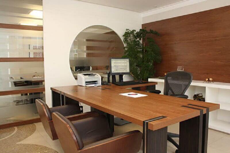 decoração com mesa em L de madeira para escritório Foto Pinterest