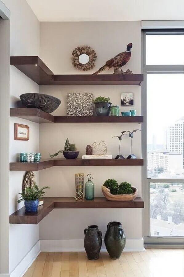 decoração com prateleira de canto de madeira Foto House Beautiful