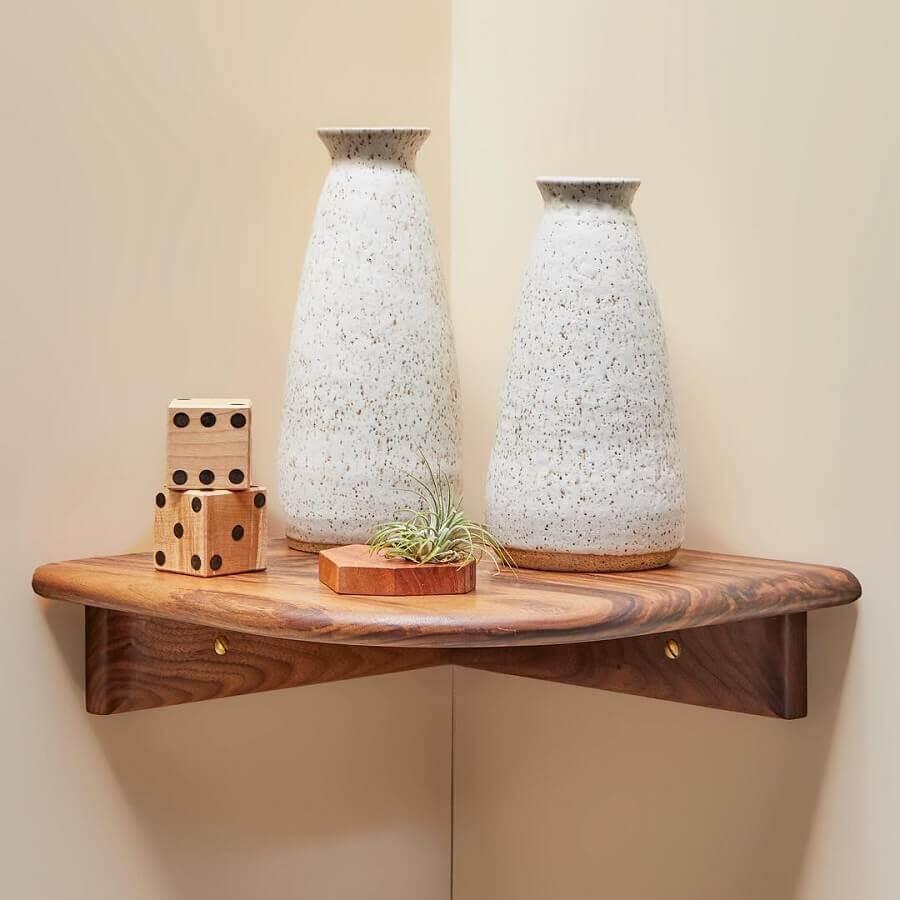 decoração com prateleira de canto de madeira com acabamento arredondado Foto Darren Sheriff
