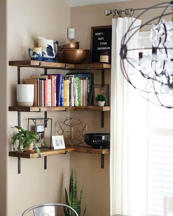 decoração com prateleira de canto de madeira com acabamento rústico Foto Jennifer Cox