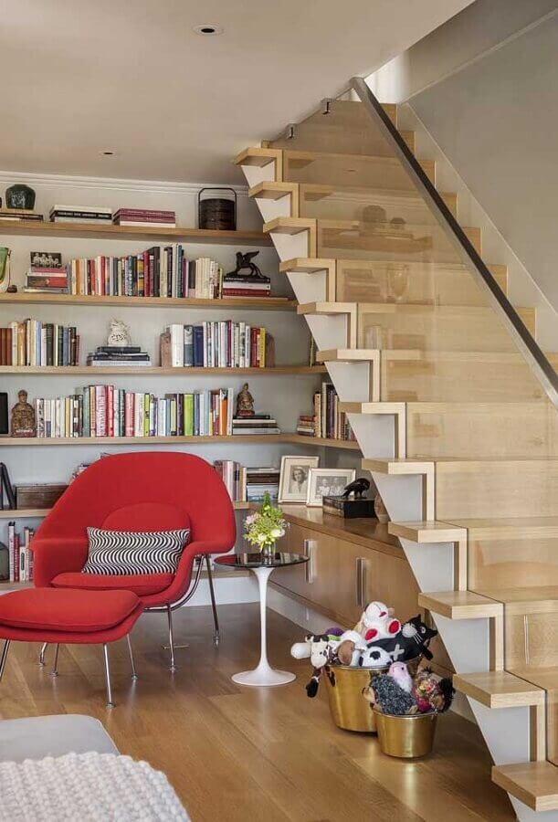 decoração com prateleira de canto de madeira embaixo da escada Foto FuturianDesign
