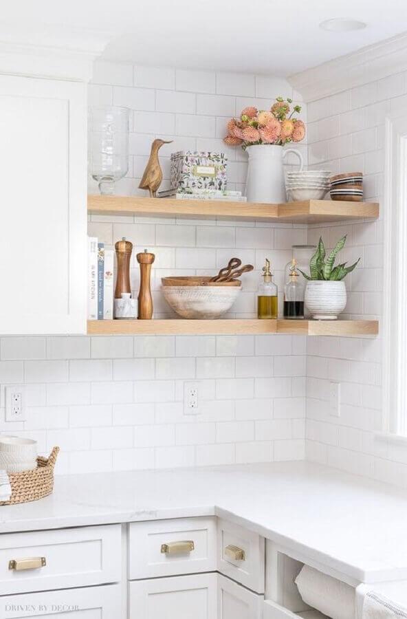decoração com prateleira de canto para cozinha planejada toda branca Foto Kris Driven by Decor