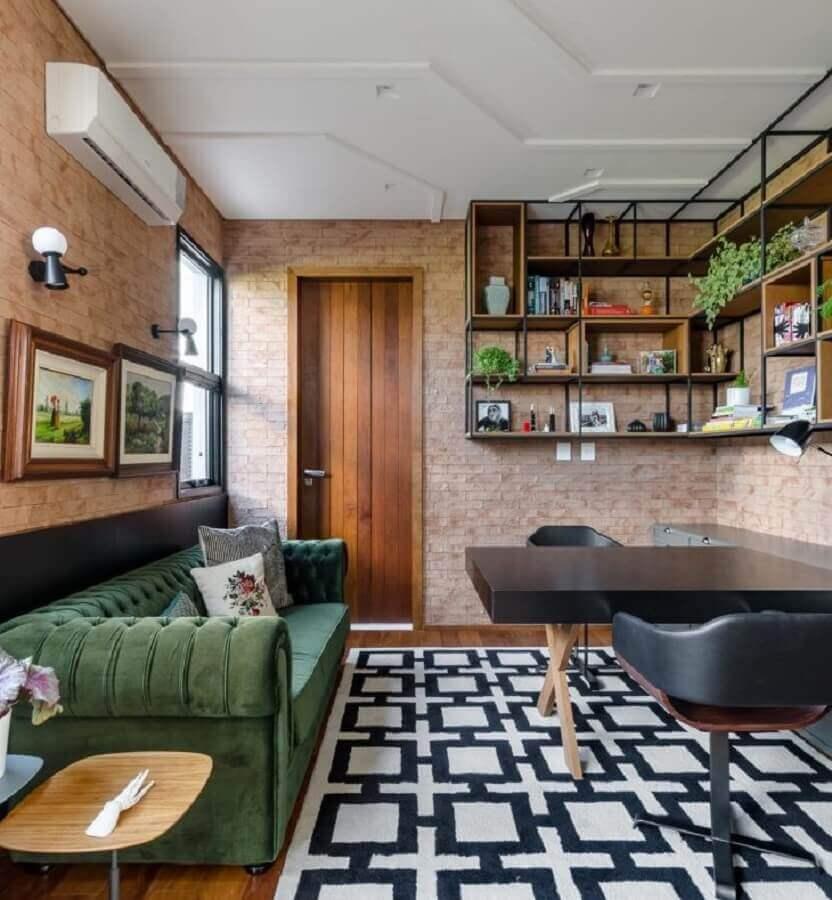 decoração com prateleira de canto para sala decorada com parede de tijolinho Foto Andrea Murao