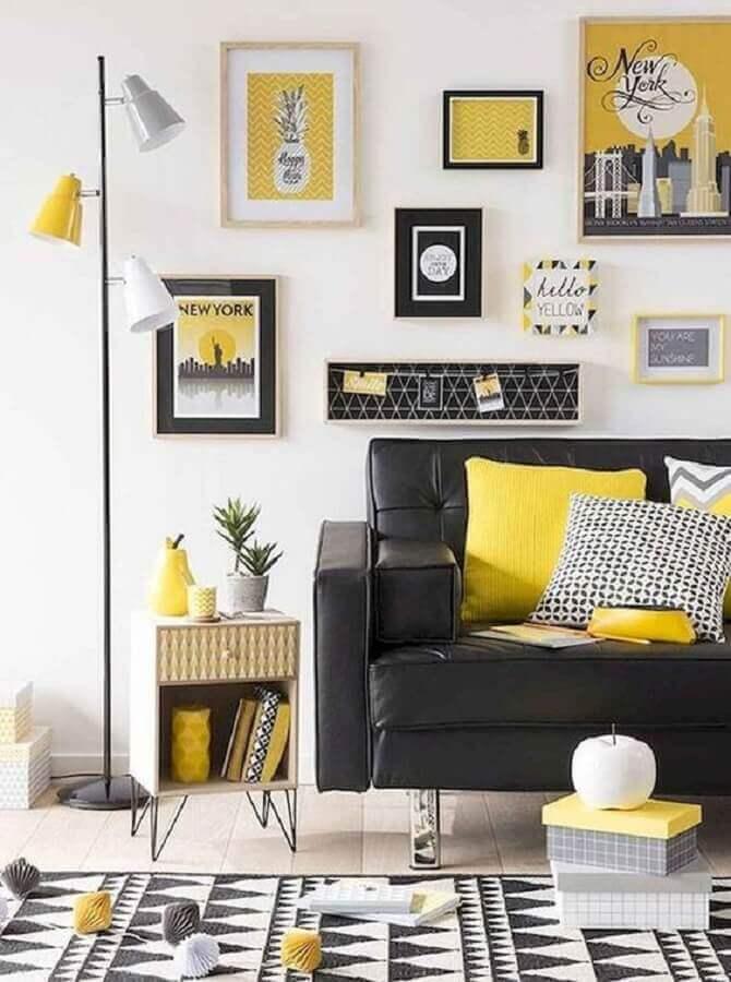 decoração com vários quadros para sala amarela e preta Foto Webcomunica