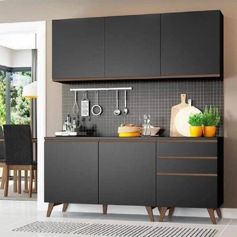 decoração cozinha modulada preta com detalhes em madeira Foto Pinterest