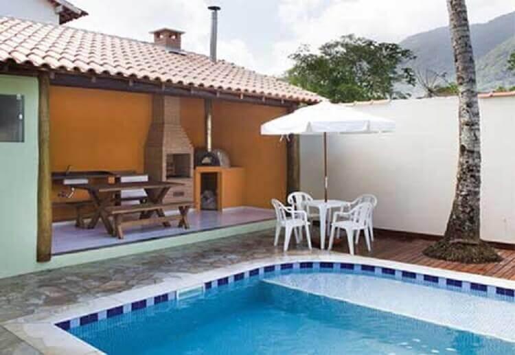 decoração de área gourmet externa simples com piscina e churrasqueira Foto Sua Decoração