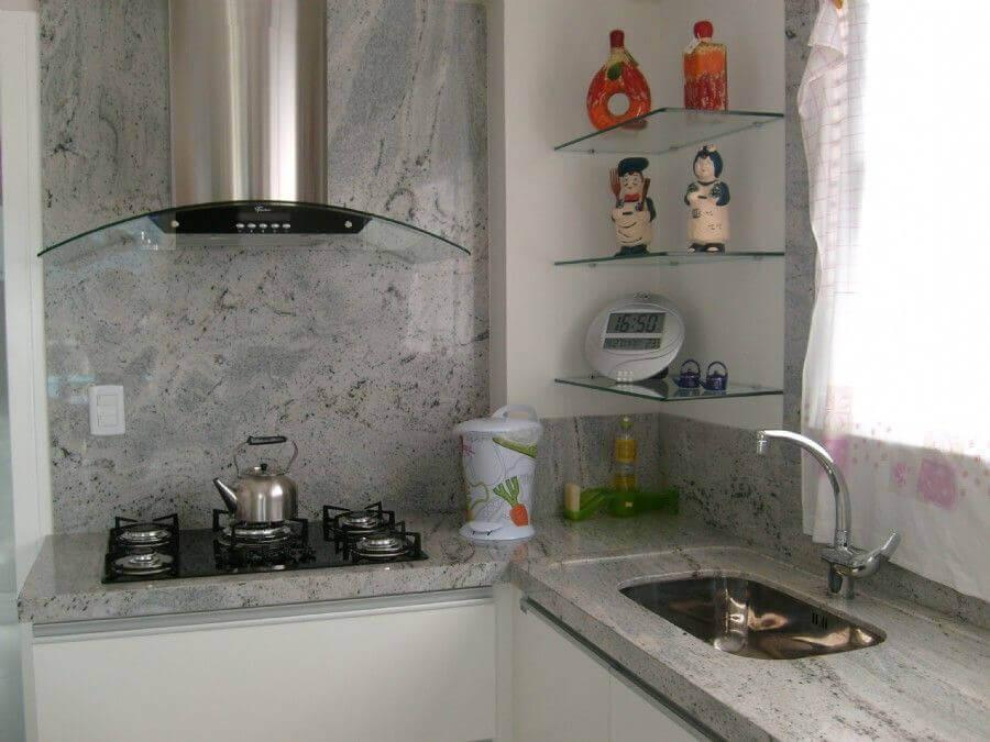 decoração de cozinha com prateleira de vidro de canto Foto Webcomunica