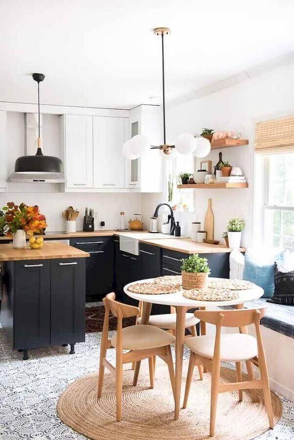 decoração de cozinha modulada preta e branca com bancada de madeira Foto We Heart It