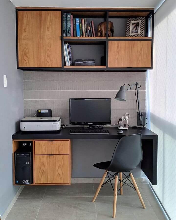 decoração de escritório em casa com móveis pretos com detalhes em madeira Foto Jeito de Casa