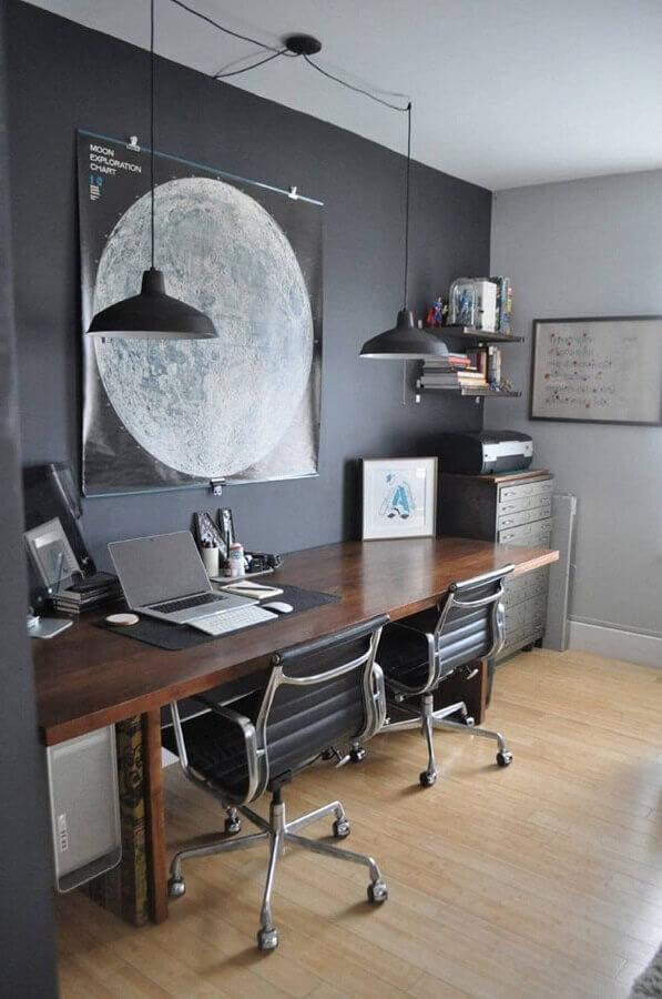 decoração de escritório em casa com parede preta e bancada de madeira  Foto One Architecture