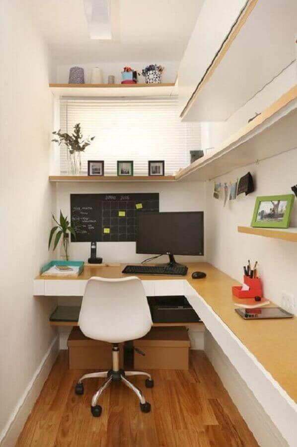 decoração de escritório pequeno em casa com bancada planejada de canto Foto Jeito de Casa