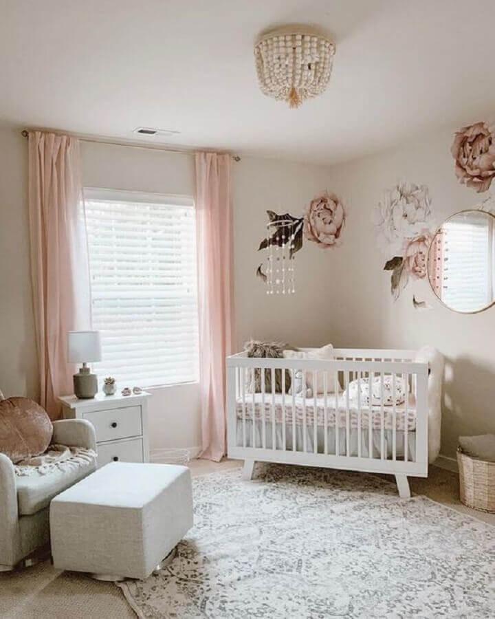 decoração de quarto de bebê rosa e branco com adesivo de flores grandes e espelho redondo Foto Urbanwalls