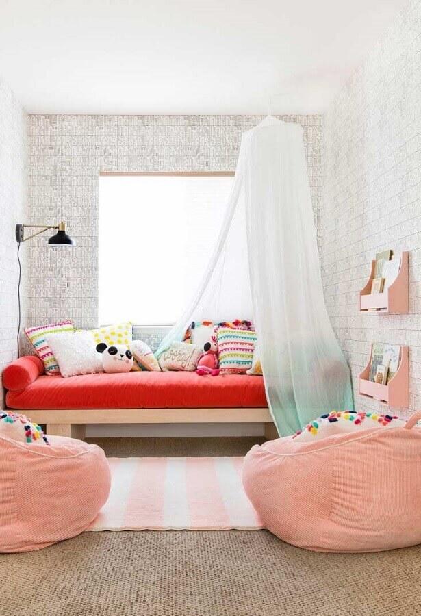 decoração de quarto de menina com puff gigante rosa Foto Apartment Therapy