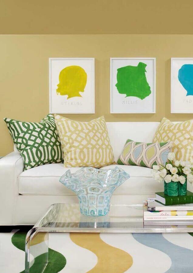 decoração de sala amarela com tapete colorido e sofá branco Foto Houzz