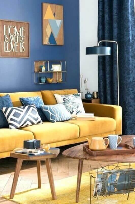 decoração de sala azul e amarela com mesa de centro de madeira Foto Archzine