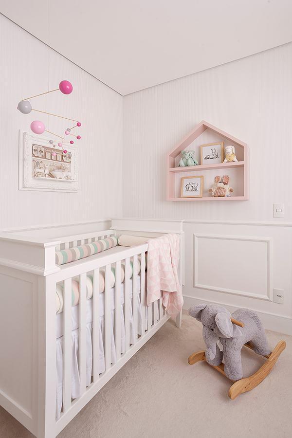 decoração delicada para quarto de bebê rosa e branco com nicho em formato de casinha Foto House Fashion Trend